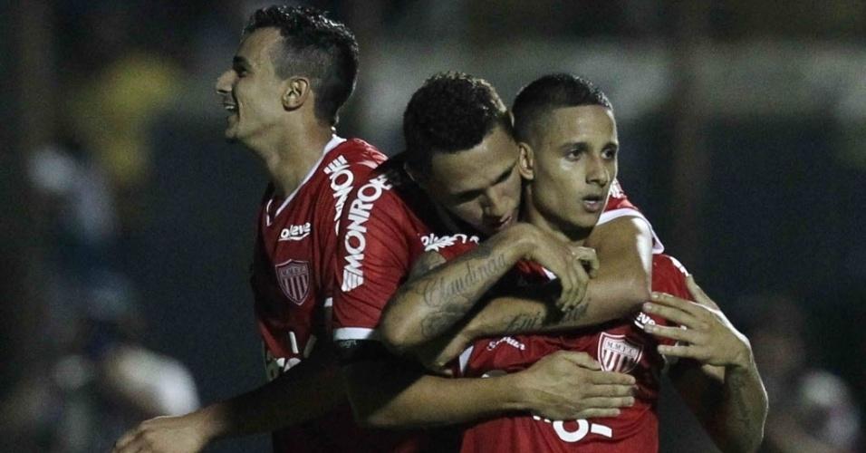 04.mai.2013 - Roni, do Mogi Mirim, é abraçado por companheiro após abrir o placar contra o Santos, no interior de São Paulo