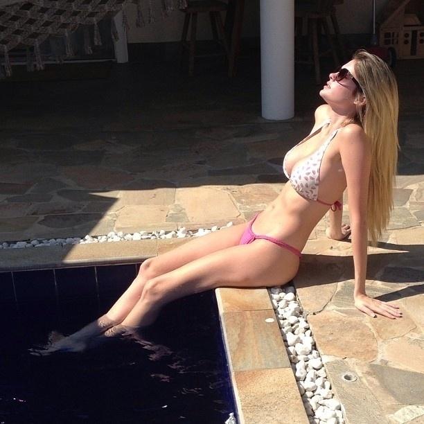 4.mai.2013 - Bárbara Evans aproveita o sábado e toma sol na beira da piscina