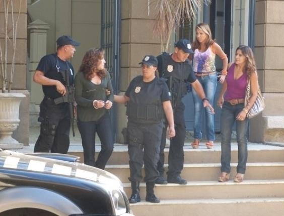 """4.mai.2013 - Em """"Salve Jorge"""", Wanda é levada para presídio e é humilhada por Lucimar"""