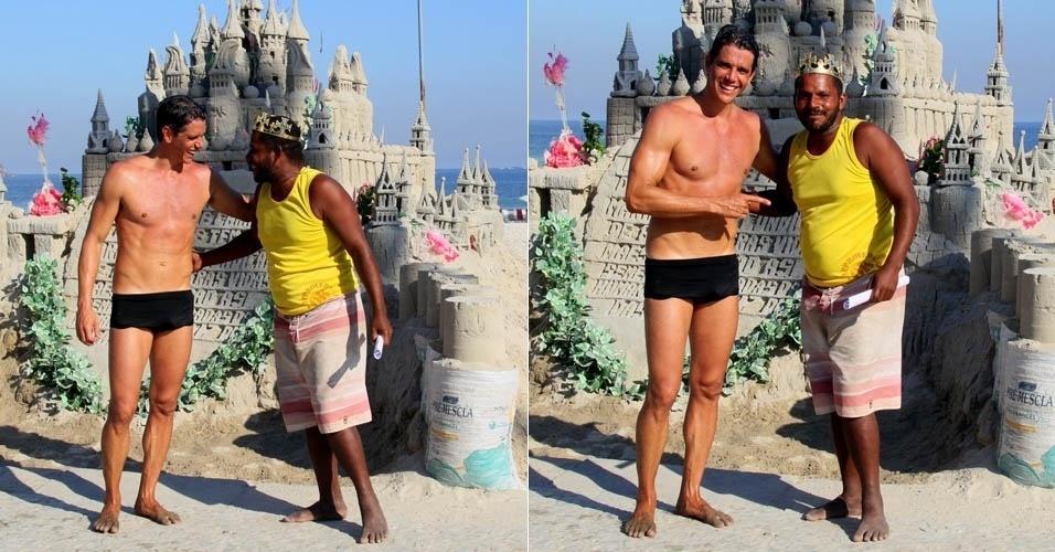 4.mai.2013 - Márcio Garcia aprecia castelo de areia em praia do Rio