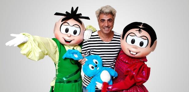 O estilista Fause Haten, que assinou o figurino da peça da Turma da Mônica, posa ao lado dos personagens - Valentino Mello/Divulgação