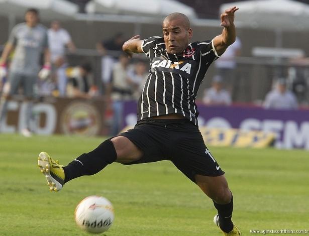 05.05.2013 - Emerson, atacante do Corinthians, tenta dominar a bola no clássico com o São Paulo, no Morumbi
