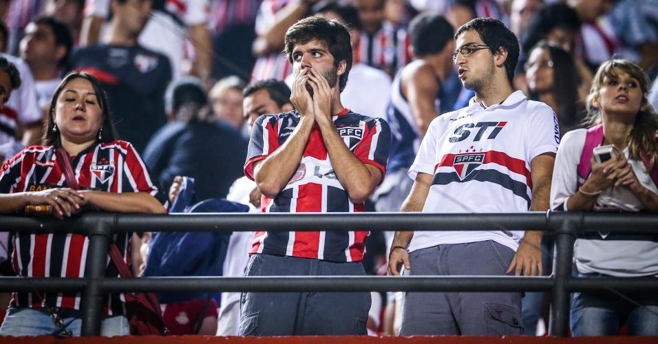05.mai.2013 - Torcedores do São Paulo ficam aflitos durante disputa por pênaltis contra o Corinthians, na semifinal do Paulista