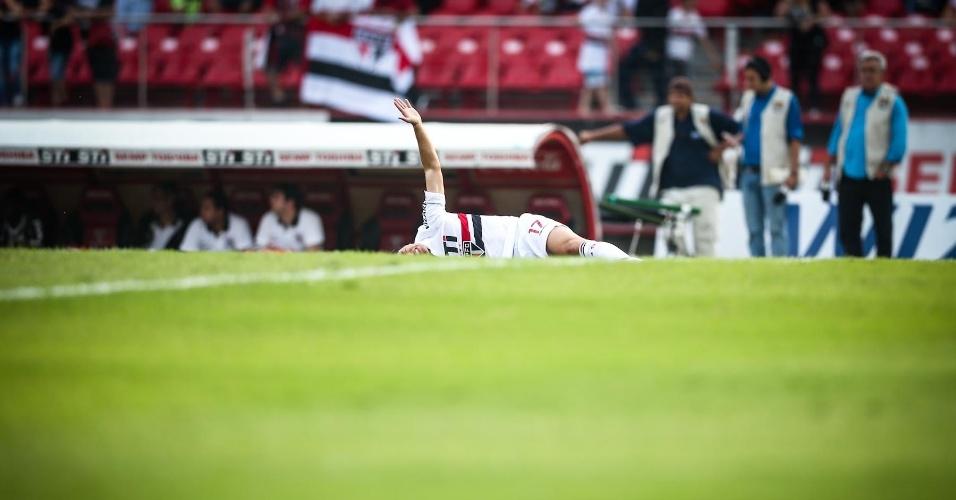 05.mai.2013 - Atacante Osvaldo fica caído no gramado do Morumbi após sentir lesão ainda no primeiro tempo do clássico contra o Corinthians