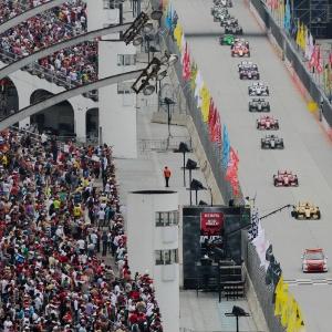 Carros ficam enfileirados durante prova da São Paulo Indy 300