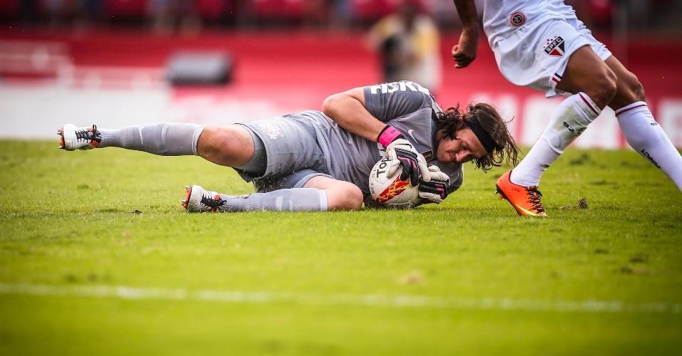 05.mai.2013 - Cássio sai do gol e faz defesa nos pés de atacante do São Paulo durante clássico no Morumbi