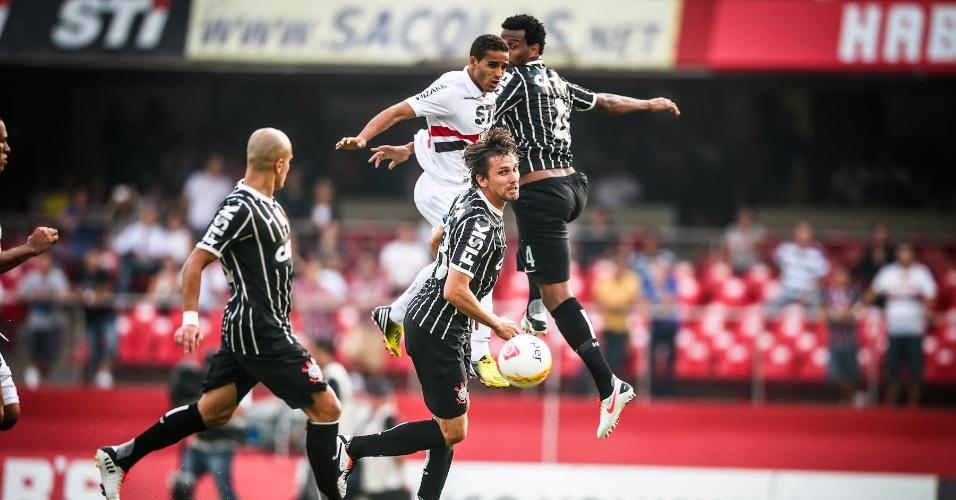05.mai.2013 - Douglas, do São Paulo, se choca com o zagueiro Gil, do Corinthians, durante o clássico no Morumbi