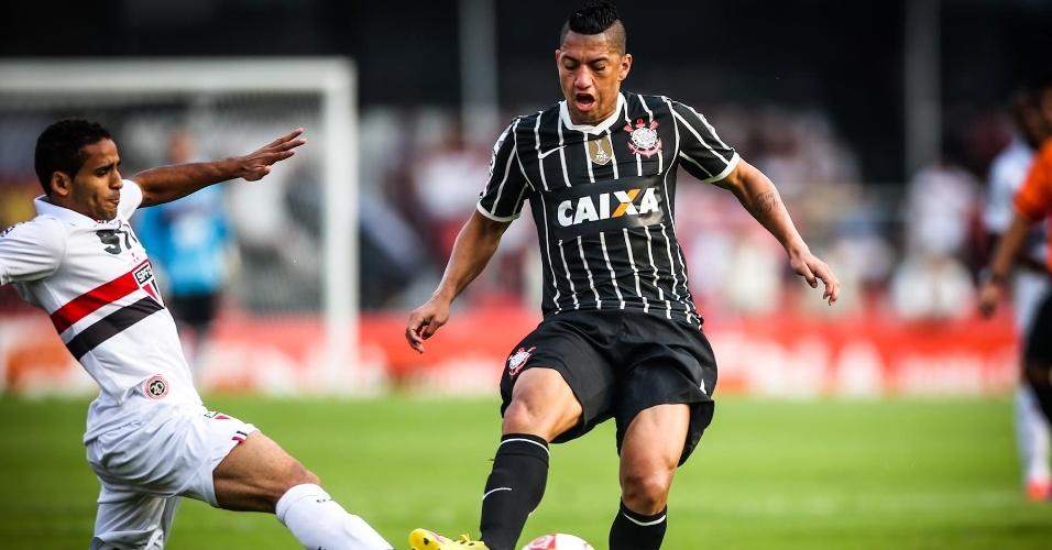 05.mai.2013 - Douglas e Ralf disputam a bola durante primeiro tempo do clássico entre São Paulo e Corinthians