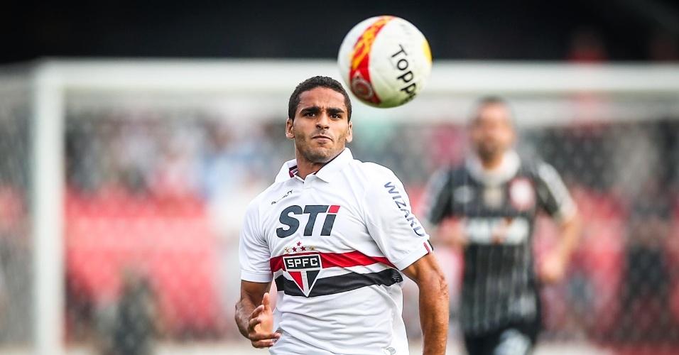 05.mai.2013 - Douglas, que substituiu Osvaldo, machucado, corre atrás da bola no clássico contra o Corinthians