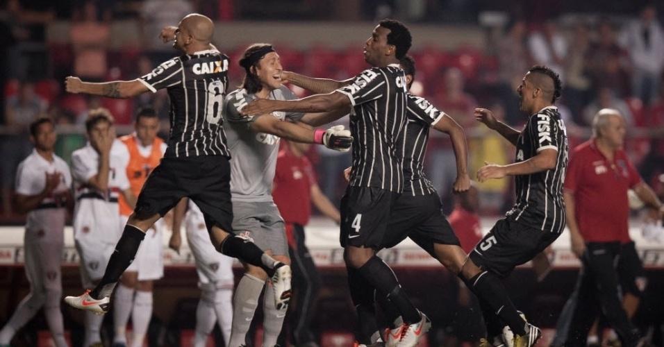 05.mai.2013 - Goleiro Cássio é festejado pelos companheiros de Corinthians após a vitória nos pênaltis sobre o São Paulo