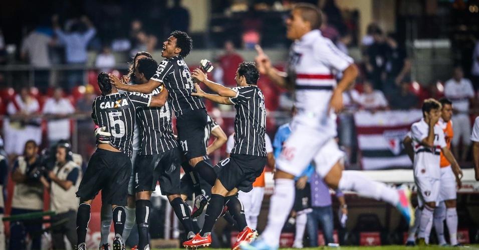 05.mai.2013 - Jogadores do Corinthians comemoram a classificação à final do Campeonato Paulista, após vitória nos pênaltis sobre o São Paulo
