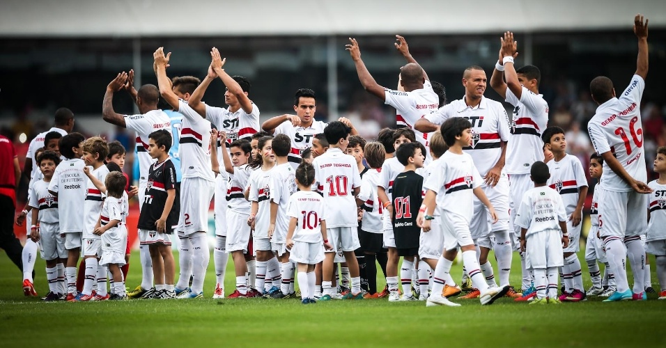 05.mai.2013 - Jogadores do São Paulo cumprimentam os torcedores presentes no Morumbi para o duelo contra o Corinthians