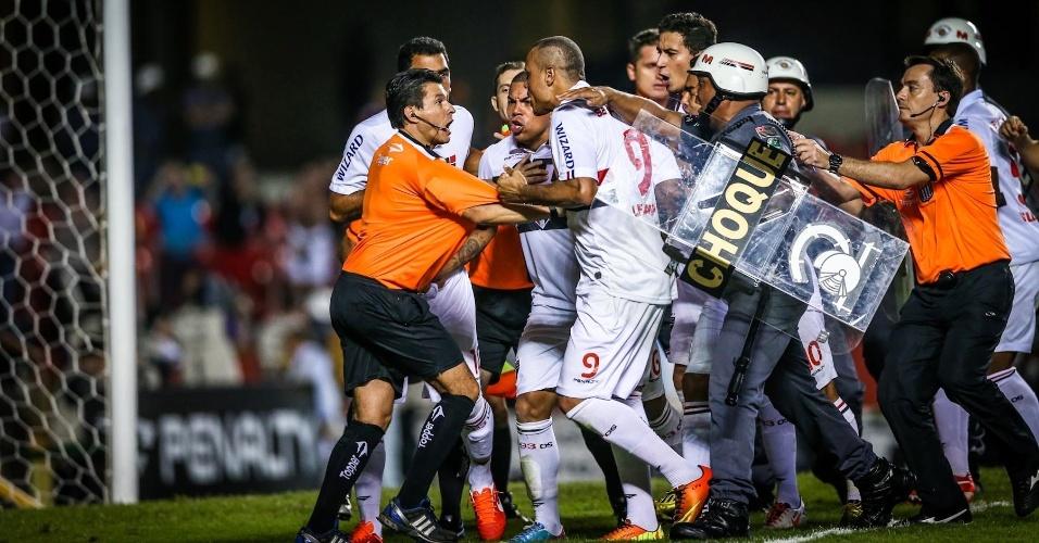 05.mai.2013 - Jogadores do São Paulo partem para cima do árbitro após derrota nos pênaltis para o Corinthians
