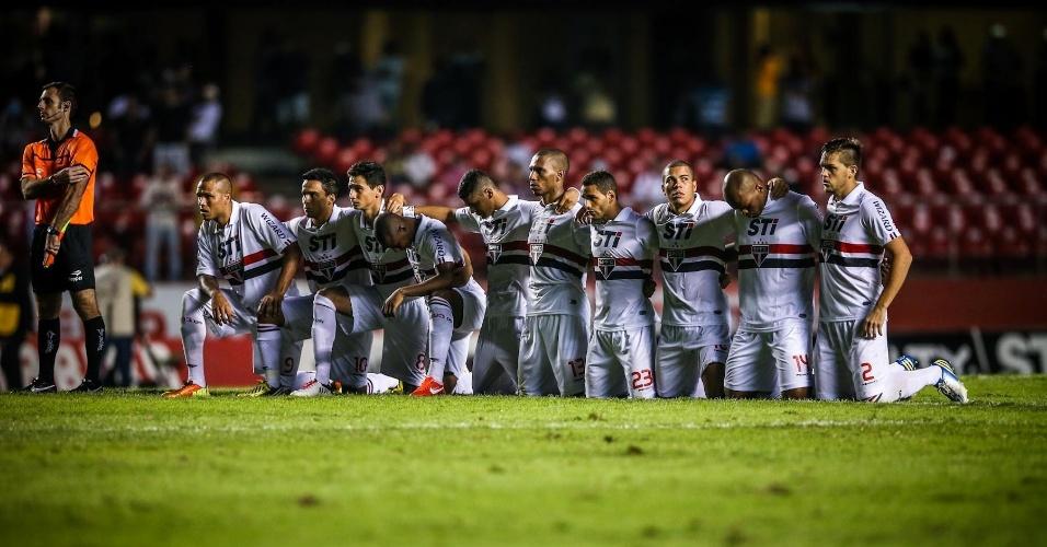 05.mai.2013 - Jogadores do São Paulo se ajoelham no meio do campo na disputa por pênaltis contra o Corinthians