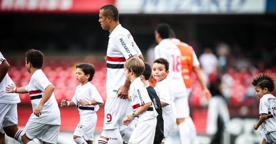05.mai.2013 - Luis Fabiano entra em campo para o duelo contra o Corinthians, no Morumbi, pela semifinal do Paulista