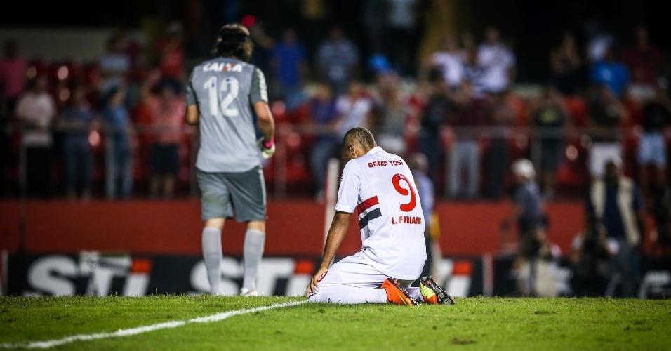 05.mai.2013 - Luis Fabiano fica ajoelhado e lamenta após desperdiçar sua cobrança nos pênaltis contra o Corinthians