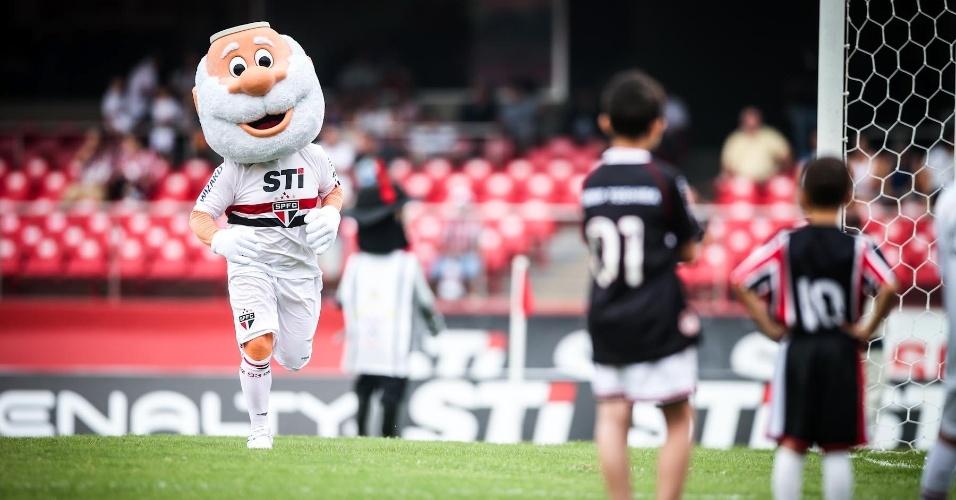 05.mai.2013 - Mascote do São Paulo caminha pelo gramado do Morumbi antes da partida contra o Corinthians