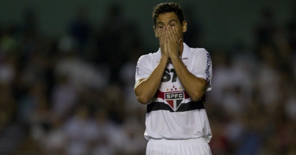 05.mai.2013 - Paulo Henrique Ganso se lamenta após desperdiçar a cobrança de pênalti no duelo contra o Corinthaisn
