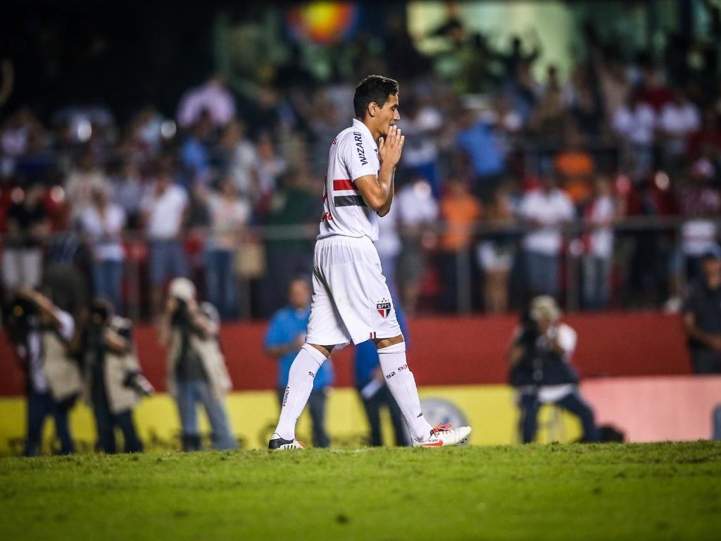 05.mai.2013 - Paulo Henrique Ganso se lamenta após desperdiçar sua cobrança  na d7fce057a24e1