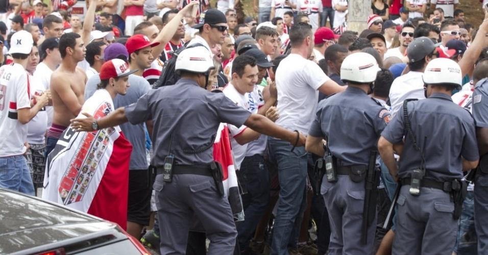 05.mai.2013 - Polícia Militar afasta torcedores do São Paulo do portão do Morumbi para a chegada do ônibus do Corinthians