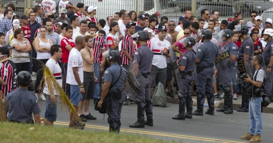 05.mai.2013 - Polícia Militar isola torcedores do São Paulo do portão do Morumbi para a chegada do ônibus do Corinthians