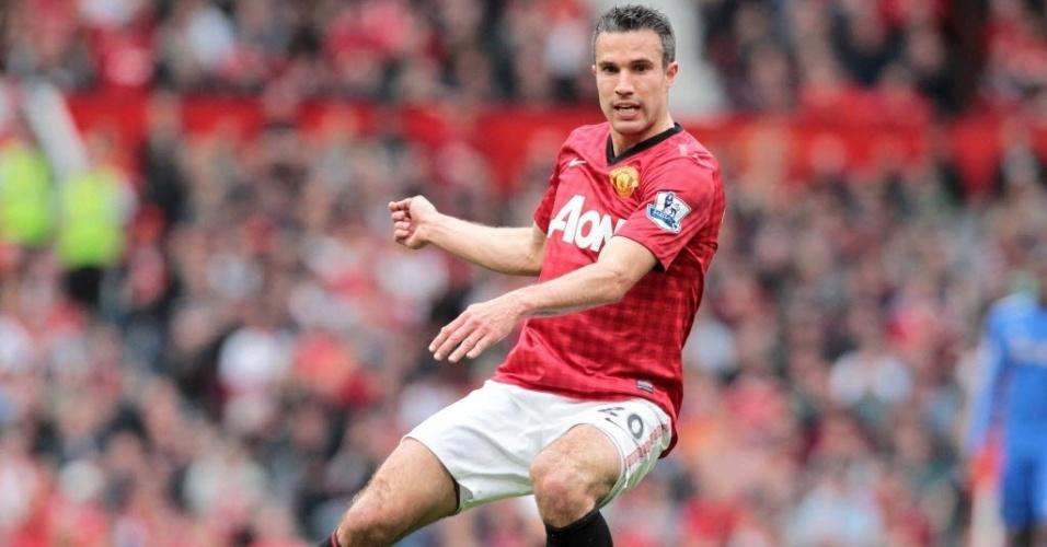 05.mai.2013 - Robin Van Persie faz o passe durante clássico entre Manchester United e Chelsea, pelo Campeonato Inglês