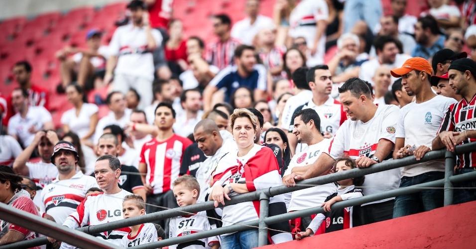 05.mai.2013 - Torcida do São Paulo ocupa as arquibancadas do Morumbi e aguarda a partida contra o Corinthians