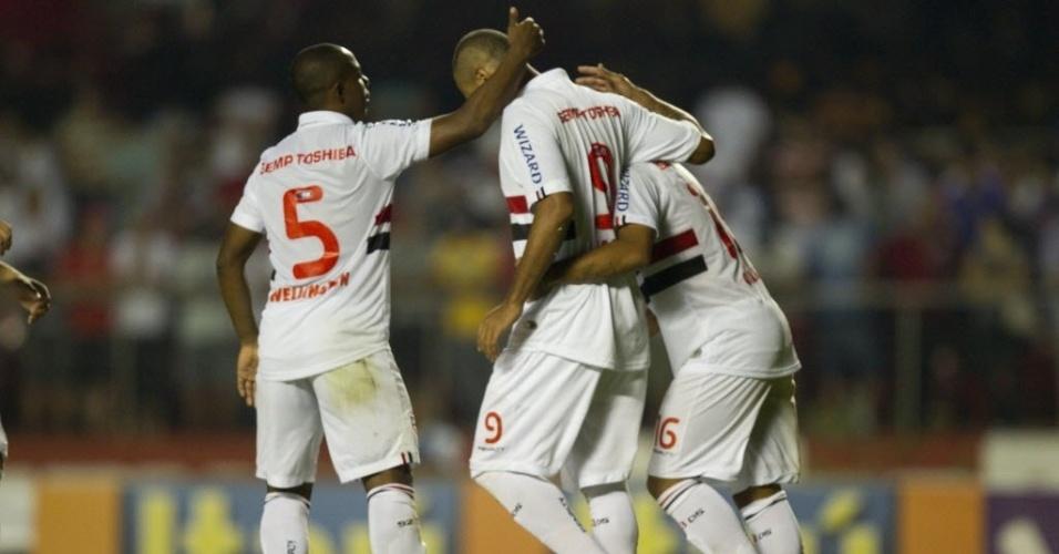 05.mai.2013 - Wellington e Thiago Carleto dão apoio ao atacante Luis Fabiano, que desperdiçou cobrança de pênalti contra o Corinthians