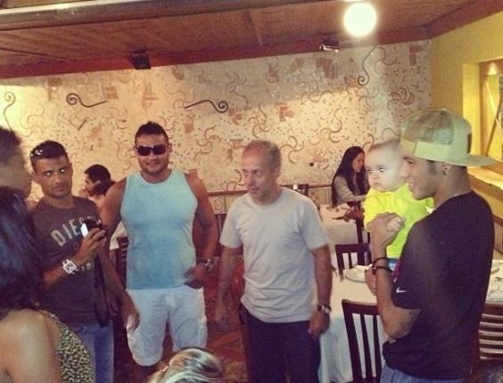 5.mai.2013 - Neymar tira foto com bebê em churrascaria no Rio