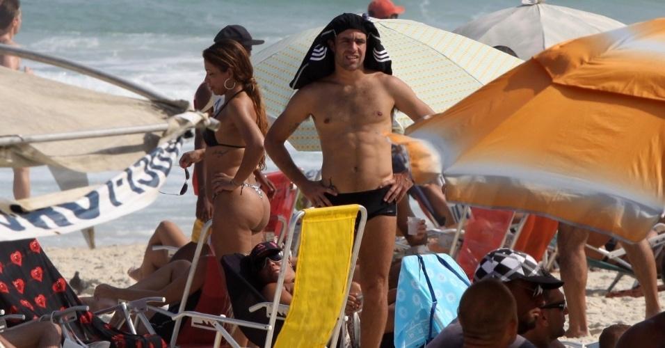 5.mai.2013 - Recém-separado da atriz Deborah Secco, o jogador de futebol Roger Flores vai à praia no Rio