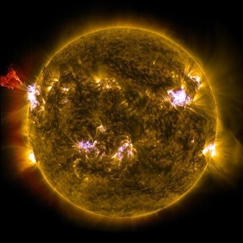 5.mai.2013 - Sol lança material à esquerda, em uma região de intensa erupção. Esta imagem combina três fotos do Observatório Solar Dinâmico (SDO), em 3 de maio. Uma tempestade solar na mesma região está diminuindo, mas lançou radiação que não pode atravessar a atmosfera da Terra, mas pode interferir em satélites de comunicação e GPS nos próximos dias. Estas emissões são comuns neste momento de alta atividade do Sol, com ciclo de 11 anos e que deve atingir seu pico no final de 2013