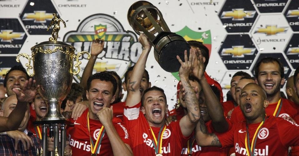 D'Alessandro ergue a taça de campeão gaúcho de 2013 (05/05/2013)