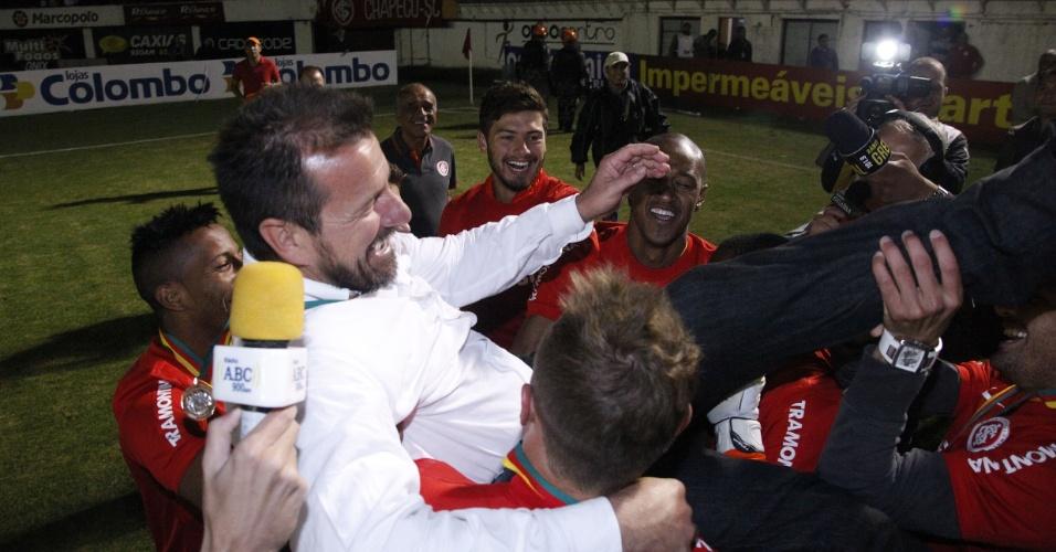 Dunga é carregado por jogadores do Inter após título do Campeonato Gaúcho (05/05/13)