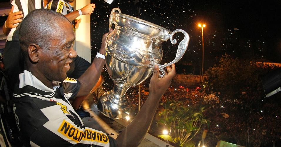 Seedorf exibe troféu da Taça Rio durante festa com torcedores do Botafogo em General Severiano