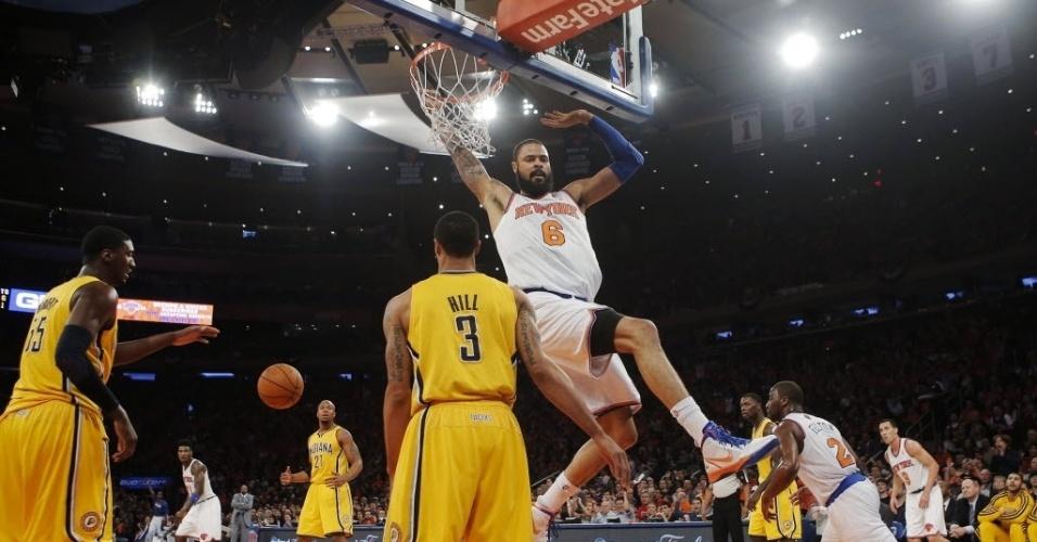 05.mai.2013 - Tyson Chandler dá cravada durante a derrota de seu Knicks para os Pacers nos playoffs