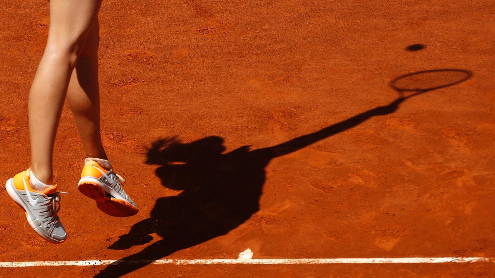 06.mai.2013 - Maria Sharapova saca durante a partida contra Alexandra Dulgheru pelo Torneio de Madrid