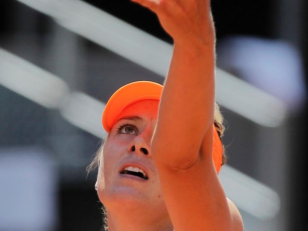 06.mai.2013 - Maria Sharapova se prepara para sacar durante o jogo contra Alexandra Dulgheru pelo Torneio de Madri