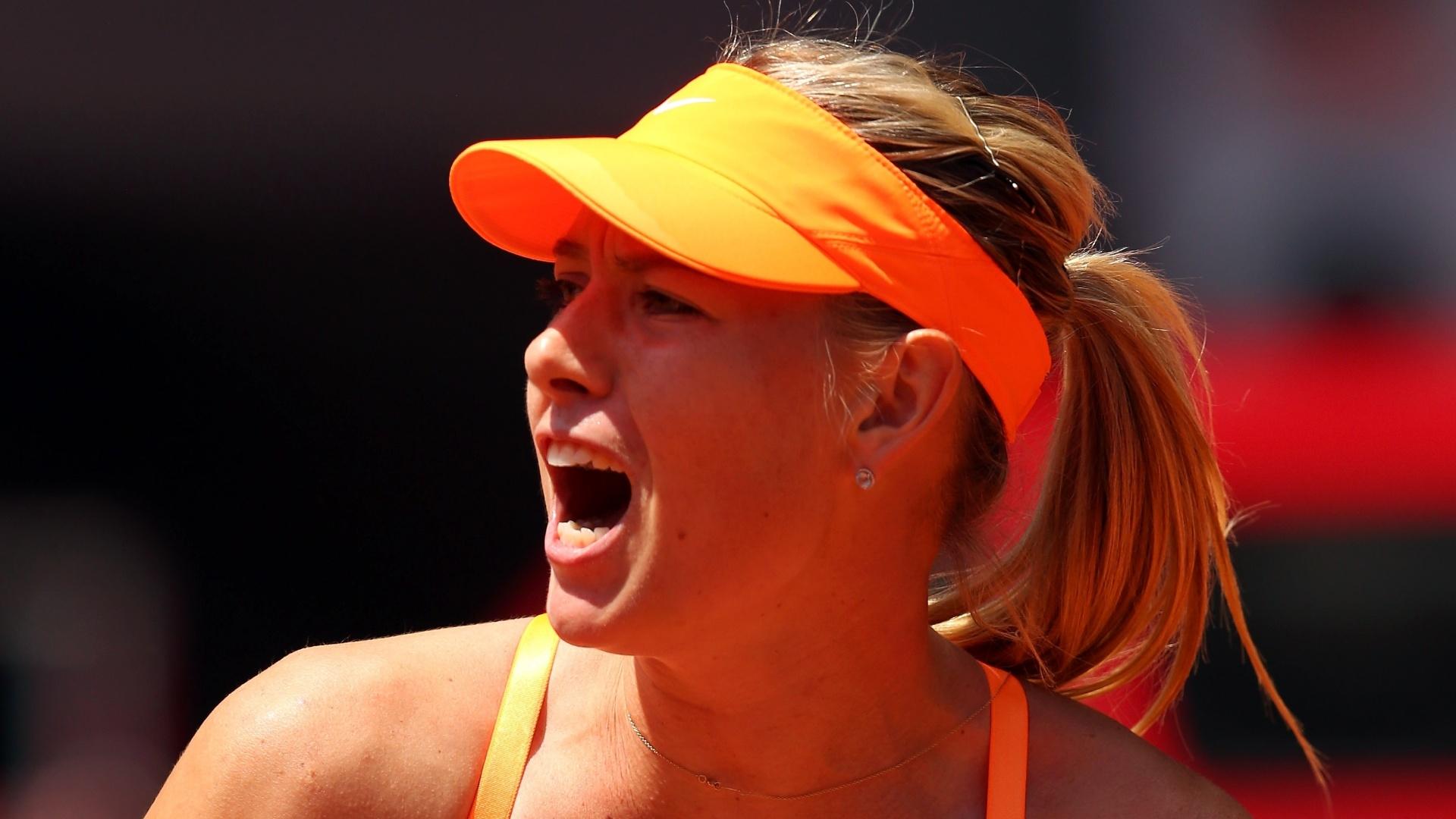 06.mai.2013 - Maria Sharapova vibra após conquistar ponto na partida contra Alexandra Dulgheru pelo Torneio de Madri