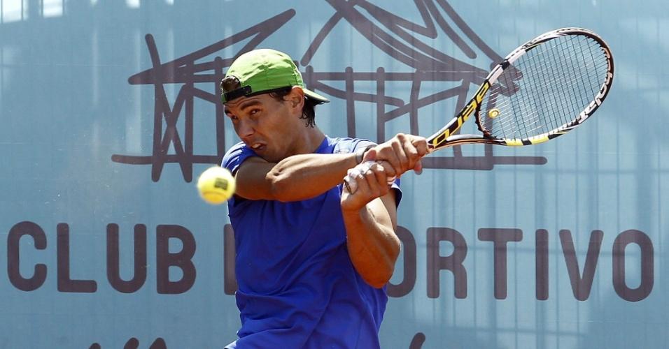 06.mai.2013 - Rafael Nadal treina para sua estreia no Torneio de Madri
