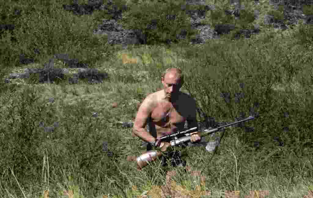 15.ago.2007 - O Rambo camarada: munido de um rifle de caça e coragem, Putin percorre região da República da Tuva, divisão federal da Federação Russa, em 15 de agosto de 2007 - Dmitry Astakhov/AFP