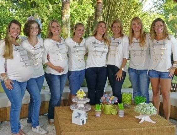 """3.mai.2013 - Ex-paquitas que são mães ou estão grávidas participam da edição especial do """"TV Xuxa"""" para o Dia das Mães, que será exibido no sábado (11). As mulheres usaram uma camiseta que lembra o uniforme das paquitas"""