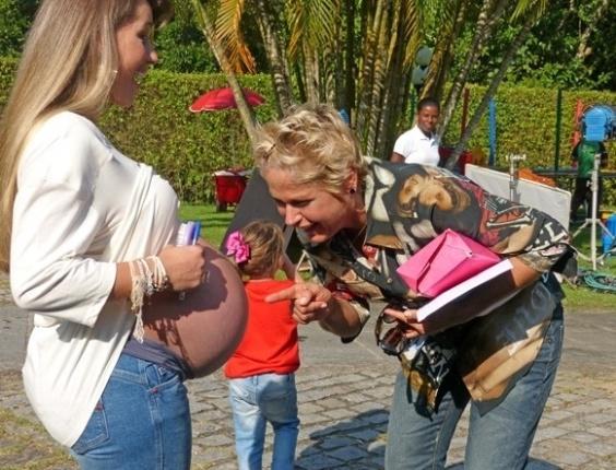 """3.mai.2013 - Xuxa conversa com gêmeos na barriga de Roberta Cipriani, a Xiquitita. """"Eu encostei em um lado e mexeu. Eu encostei do outro lado e mexeu também!"""", disse a apresentadora"""