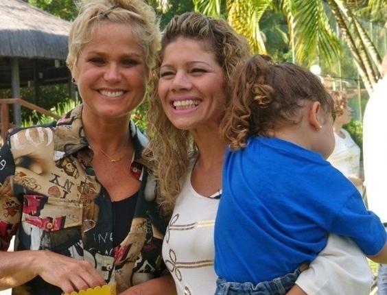 3.mai.2013 - Xuxa posa com a ex-paquita Cátia Paganote e a filha dela