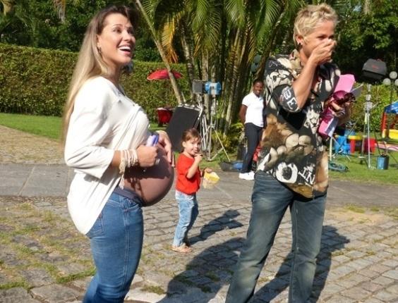 """3.mai.2013 - Xuxa se surpreende com movimento de gêmeos na barriga de Roberta Cipriani, a Xiquitita. """"Eu encostei em um lado e mexeu. Eu encostei do outro lado e mexeu também!"""", disse a apresentadora"""