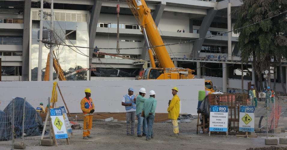 6/5/2013: Guindastes e homens seguem trabalhando na reforma do Maracanã