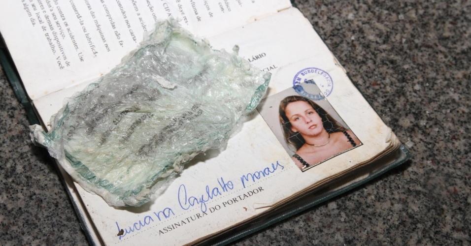 6.mai.2013 - Agentes da Polícia Federal prendem Luciana Cazelatto Moraes de 36 anos, de São Paulo, acusada de fazer parte de uma quadrilha em Uberaba (MG), que falsificava cheques e tentava descontá-los nas agências de origem. A polícia ficou sabendo com antecedência a agência em que o grupo atuaria, mas, quando a acusada percebeu que estava sendo vigiada, tentou comer a identidade falsa que estava em seu poder