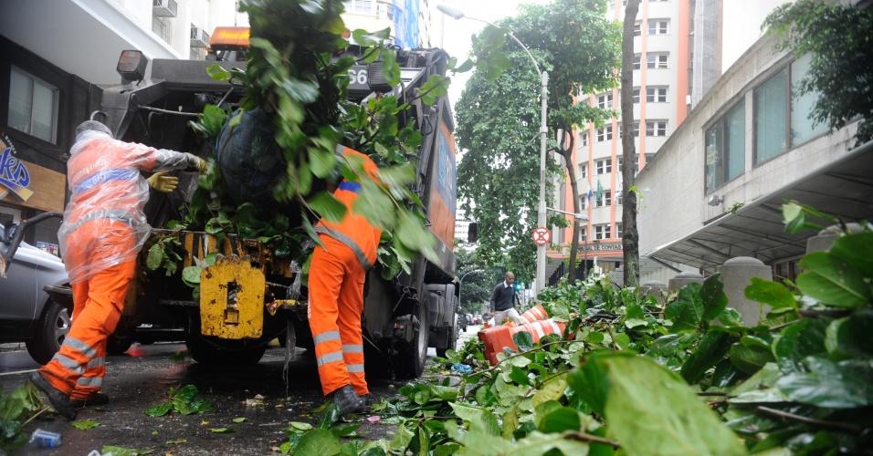 6.mai.2013 - Agentes de limpeza retiram galhos que obstruíam parcialmente a rua México, centro do Rio de Janeiro, após forte ventania. Os ventos na cidade, que chegaram a alcançar 93 quilômetros por hora (km/h), deixaram vários bairros sem luz e ruas obstruídas com a queda de árvores