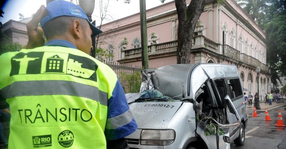 6.mai.2013 - Árvore atinge van na rua Marechal Floriano, Rio de Janeiro, após forte ventania. O motorista, identificado como Ronaldo Gonçalves Fontinhas, morreu