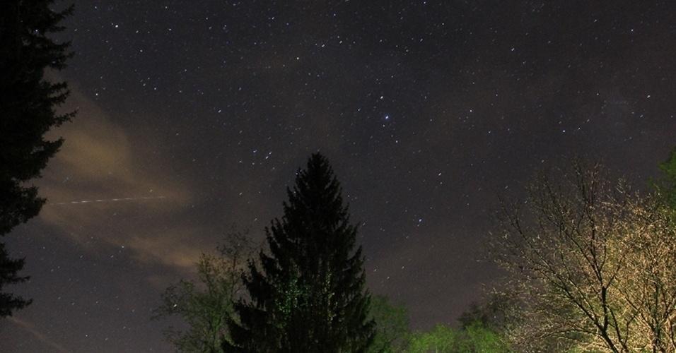 6.mai.2013 - Astrônomo amador fez foto de tripé para não perder nenhum detalhe da chuva de meteoros Eta Aquarid na Pensilvânia, nos Estados Unidos, às 3h30 de sábado (4)