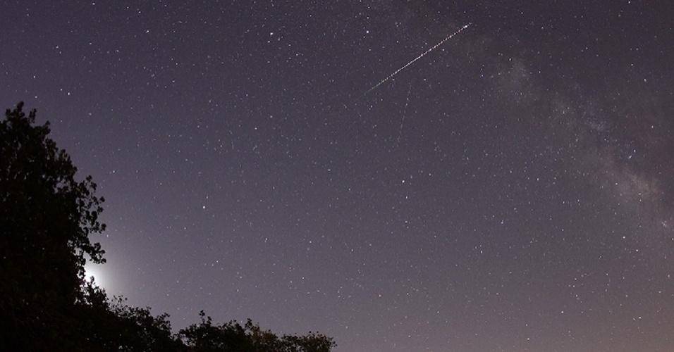 6.mai.2013 - Chuva de meteoros atravessa o céu de cidade do Texas, nos Estados Unidos, no domingo (5). A Terra passa por detritos deixados pelo Cometa Halley no espaço todo ano - quando esses restos entram na atmosfera terrestre, eles geram a chuva de meteoros visível a olho nu